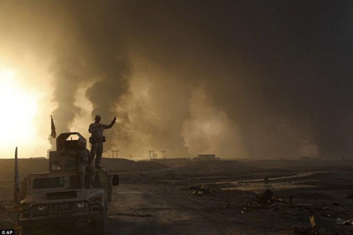 Hambat Pasukan Irak, ISIS Bakar Belasan Sumur Minyak di Qayyara